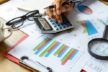 Manager kalkuliert Kosten